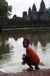 Редкое зрелище: Ангкор-Ват отражается в огромной луже...опять же последствия ночного ливня