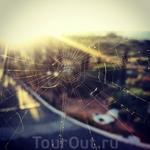 Тонкая паутинка критского лета. Вид из окна в отеле.