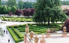 Парк перед Тройским замком