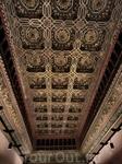 Самый потрясающий потолок украшает огромный тронный зал (Salón del Trono).