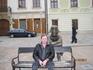 наполеоновский солдат- небрежно облокотился о скамейку возле фонтана на Ратушной площади