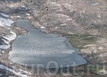 Озеро Гитара с гребня Уитни. Наш бивуак вправо по ручью, на плече склона.