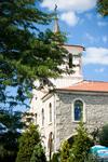 Церковь - внутри смесь православия с католицизмом -все от большого количества народностей