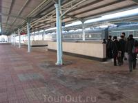 перон. на пероне только те, кто должен там быть, а именно -пассажиры в данный момент отправляющегося поезда