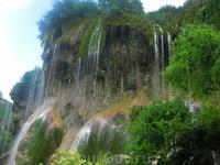 Красивейший водопад. Особенно когда  подъезжаешь. и вдруг такое чудо - точно произносится Царский водопад. Там говорят течет 70 струй.