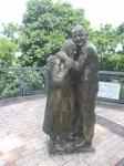 В парке скульптуры героев передачи Жди меня - встретившиеся через 70 лет итальянец и русская девушка .