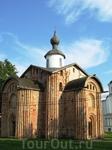 Напротив Кремля, за Ярославовым дворищем расположено множество старинных церквей и соборов. К сожалению, часть из них нуждается в реставрации.