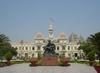 Фотография Городская ратуша и памятник Хо Ши Мину