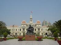 Городская ратуша и памятник Хо Ши Мину
