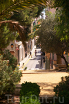 Узкая улочка старого города. Вид из парка