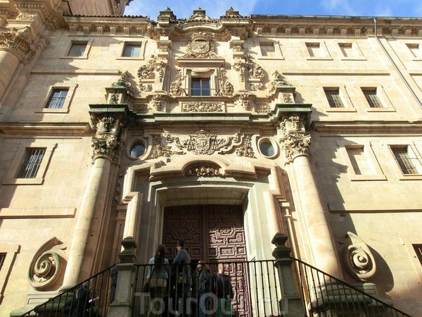 Этот церковный университет был основан королевской четой, Филиппом III  и Маргаритой Австрийской, в 1611 году, строительство возглавил королевский архитектор Juan Gómez de Mora. Первый камень в основание этого университета заложили в 1617 году, а первые ...