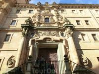 Этот церковный университет был основан королевской четой, Филиппом III  и Маргаритой Австрийской, в 1611 году, строительство возглавил королевский архитектор Juan Gómez de Mora. Первый камень в основа