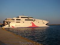 на таком катамаране плыли на о. Санторини