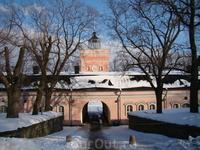 Суоменлинна (фин. Suomenlinna — «Финская крепость») или Свеаборг (швед. Sveaborg — «Шведская крепость») Находится в 10 минутах езды на пароме от центра Хельсинки от Рыночной площади перед президентски