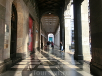 Одна из многочисленных галерей в центре Милана.