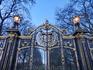 Красивейшая решетка еще одного парка, выходящего к королевскому дворцу. Это Грин Парк.