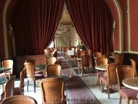 В помещениях бистро пусто: все пересели за столики на свежем воздухе, под ласковое венгерское солнышко