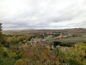 Вверху снимка слева от дороги можно видеть кармелитский монастырь, основанный Св. Хуаном де ла Круз в 1586 году. Здесь же он похоронен. Напротив него, ...
