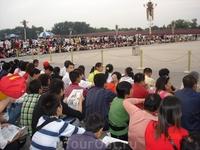 Посмотреть спуск флага за несколько часов до церемонии собираются тысячи терпеливых китайцев и сидят до темноты.