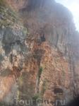 Пещеры в скале Рейли