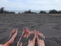 Пляжная сценка около г.Понта-Делгада: ноги, волны и черный вулканический песок...