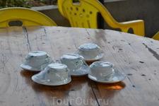Хуанпу Вдоль   берега стоят шатры самодельные и накрыты столы к чаю