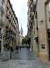 Боковая улочка Calle Antonio Candalija ведет к площади Plaza de San Felipe, в просвете улицы видна барочная колокольня церкви Iglesia de San Felipe y Santiago ...