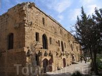 Вход в многочисленные павильоны музея Киренийской крепости.