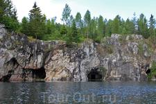 Стены старого карьера пронизаны целой системой подземных горизонтов - штолен и штреков, соединенных вертикальными шахтами.
