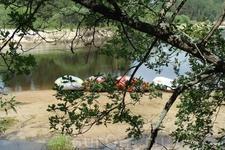 Лодки ждут своих туристов на реке Лух.