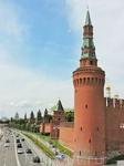А вот и кремлевские стены, выходящие на Москву-реку
