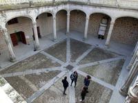 Прямоугольный двор замка состоит из 2 галерей с восьмиугольными столбцами и портиком. Готическая галерея на первом этаже считается самой красивой среди испанской военной архитектуры. Неудивительно, ве