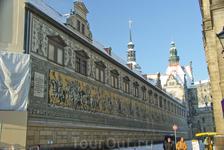 Шествие князей -огромный фриз на стене, изображающий 35 саксонских курфюрстов. Фриз был создан на штукатурке в 1876 г., а в 1906 г. заменен на такой же ...