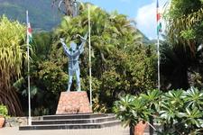 Зом либ (свободный человек)- статуя сваренная из металлолома. Символизирует освобождение креольского народа от колонизации