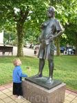 Сынулька знакомится с памятником туристу