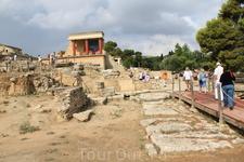 Кноссос.  Первый дворец-храм в Кноссе был построен ок. 2000-1700 г. до н. э., «раннедворцовый период», на остатках находившегося здесь ранее неолитического ...