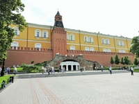 А вот и стены кремля в Александровском саду