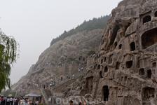 Пещеры названы Лунмэнь -Ворота дракона - из-за того, что две горы похожи на ворота, через которые проходит река И, и когда император династии Суй выстроил ...