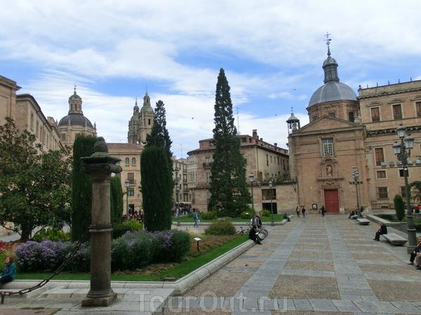 Rúa Mayor заканчивается большой площадью Plaza de Anaya, на одной стороне которой находится еще одно учебное заведение. Точнее, сейчас это литературный факультет университета, а вот основывалось это здание как Colegio de San Bartolome (колледж Святого ...