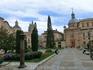 Rúa Mayor заканчивается большой площадью Plaza de Anaya, на одной стороне которой находится еще одно учебное заведение. Точнее, сейчас это литературный ...