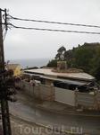 Это вид с балкона дома Фауста на улицу. Узкая, изогнутая улочка, а вдали сереет море. Пасмурно.