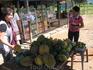 покупаем фрукты у деревенских жителей