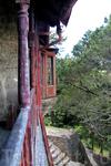 мы даже выходили на деревянный балкон, с которого открывается красивый вид на лес и море вдалеке (а вот на перила балкона лучше не облокачиваться, шатаются) ...
