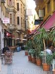 Стамбульские улочки с многочисленными кафешками.