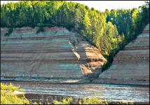 Вот на том берегу уже свыше сорока лет бьёт шестиметровый фонтан воды
