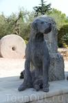 Этот пес встречает всех посетителей Эстаблона.