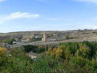 Если смотреть с башни влево, то хорошо видна дорога на Zamarramala. Церковь с колокольней - iglesia de Vera Cruz. Ее основали в XIII веке тамплиеры, взяв ...