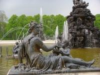 Многочисленные скульптуры украшающие как фонтаны, так и французский регулярный парк дворца.