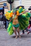 Несмотря на холодный ветер, участницы самба-карнавала отлично выступили.