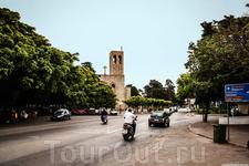 Улица и католический собор вдалеке